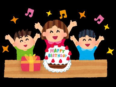 誕生日カードをもらって喜ぶ保育園児